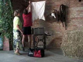 Babcia martha gets pomoc z jej laundry