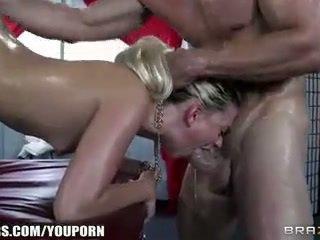 Jessie volt deepthroats لها masseur و begs إلى الشرجي
