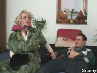 おばあちゃん pleases an 若い guy