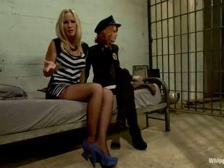 Scarlet hoofd agent elle alexandra shafts en dominates blondine inmate simone sonay