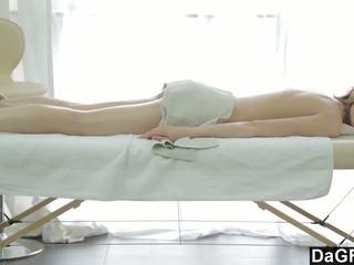 Thanking the masažas therapist su a čiulpimas