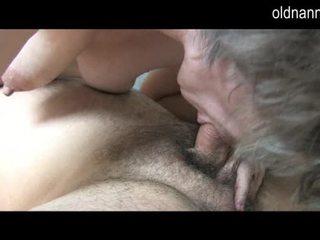 Muda guy licking lama berambut lebat faraj daripada nenek video