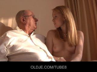 Καυλωμένος/η κοκκινομάλλα/ης κορίτσι gets ένα σεξ πώληση από an oldje