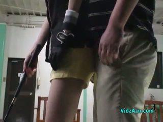 Азіатська дівчина giving мінет на її knees для її гольф instructor