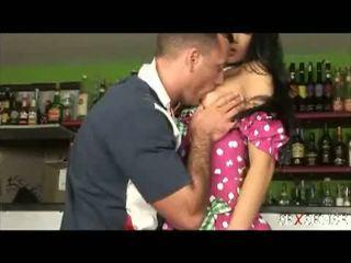 Seks rasa: teruk comel warga latina menggerudi keras dalam yang bar