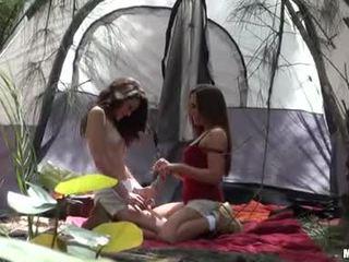 Renna ryann giving a kiss kanssa hänen camping kuuma buddy