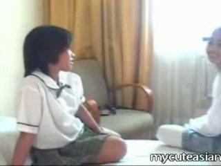 Two najstnice lezbijke azijke dekleta fukanje okoli