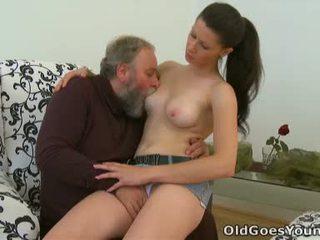 Simona est flattered ce ce âgé personne likes à passer certains cochon temps avec ce chabr