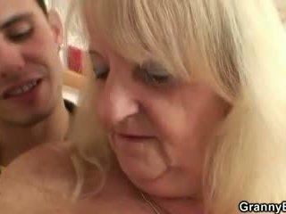 Ta screws blond vanaema sisse mustanahaline sukad