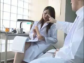 Seksual ýapon doktor gives her colleague a bj