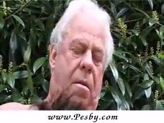 Vieux gray senior est pétée une chaud jeune poulette