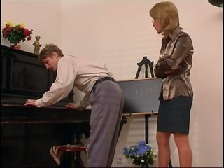 Ηλικιωμένων πιάνο δάσκαλος dominates αυτήν μαθητής/ρια