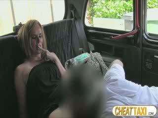 Hot amatør accidentally pissed taxi seats og pays lovely sex til det