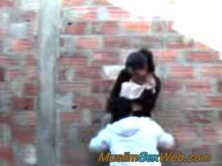 Arabskie dziewczyna fucked na zewnątrz
