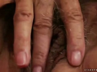 Kiimas rinnakas granny masturbeerimine
