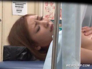 เอเชีย sweetie gets เธอ ลักพาตัว licked โดย lusty หมอ