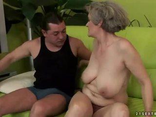 Krūtinga močiutė enjoys nešvarus seksas
