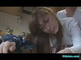 Aziatisch meisje getting haar mond en poesje geneukt terwijl standing sperma naar bips in de keuken