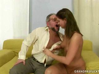 Szczęśliwy dziadek enjoys paskudne seks z a gorące nastolatka