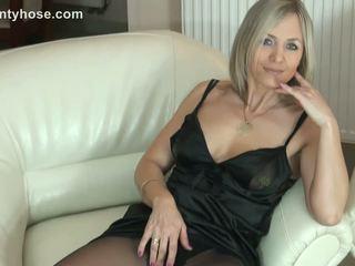 Sexy bionda milf in collant uncovers suo culo su sofa