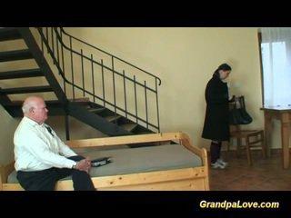 Ông nội trong tình yêu với trẻ thiếu niên