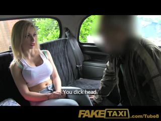 Faketaxi jeune blonde avec grand seins en taxi creampie