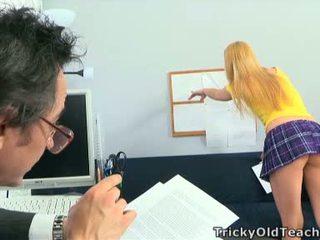 Paauglys mišrūs studentai loves dulkinimasis vidus kaubojė pozicija.