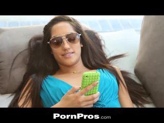 Pornpros latina dospívající sunbathes a gets pounded