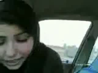 Arab jente swallows sæd i den bil video