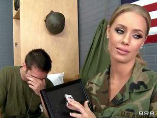 Armata gagica nicole aniston inpulit în camp video