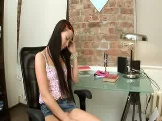 Evelina baben kontors nöje på en stol