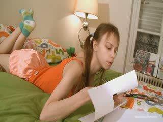 Dễ thương bạn gái doing khó chịu homework