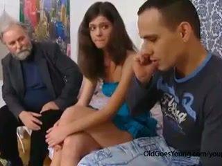 Birichina vecchio uomo seduces un timido ceco giovanissima ragazza quando suo boyfriend goes via