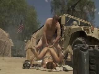 Excited jadra holly receives gefickt schwer und cummed von an armee soldier
