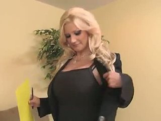 Sassy milf brittany andrews teaches une jeune prick une chose ou two