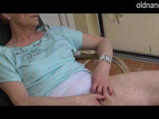 Стар бабичка masturbation с голям черни хуй видео