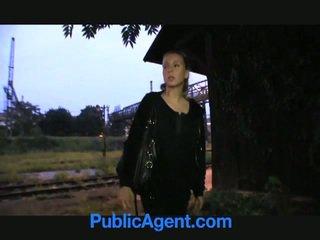 Blonda adolescenta fucks public agent