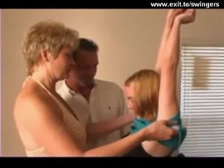 الإناث الذكور الإناث مقلاع trio مع ناضج موم و في سن المراهقة فيديو