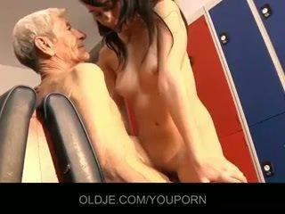 Молодий innocent дівчина мати секс з старий пеніс в dressing кімната