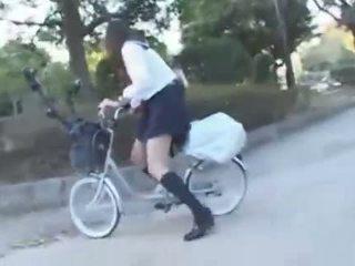 Japanisch mädchen reiten ein vibrating fahrrad thru die stadt (public squirting)