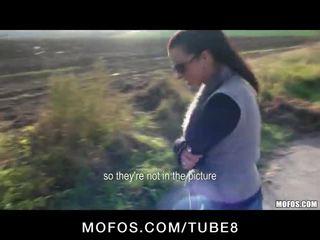 Bonita natural checa chica gets an anal corrida interna en público