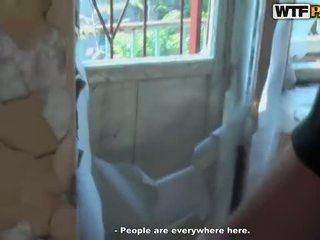 Καυτά τρίο τσιμπούκι σε abandoned σπίτι