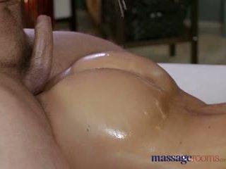 Masaj rooms excitat milf wanks sucks și fucks greu penis ca o pro