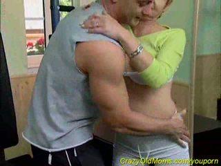 Vecmāmiņa sucks coach`s dzimumloceklis