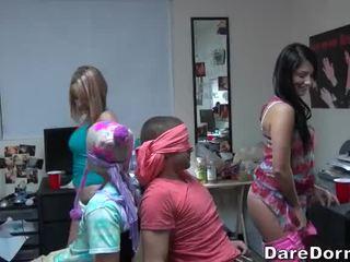 Koledža meitenes ar aizsietām acīm the guys un gave viņiem lap dance