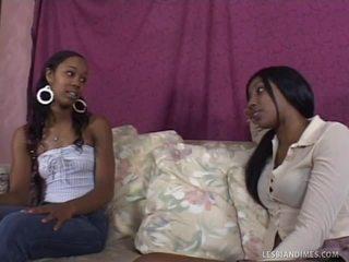 Oscuro lesbianas jugando su grande strap en