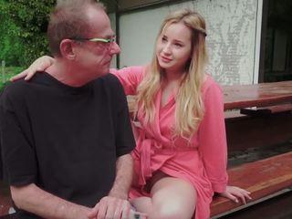 في سن المراهقة ابنة مارس الجنس إلى disturbing خطوة قديم أب من