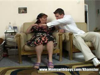 Rijpere dame rewards jongen voor opruimen