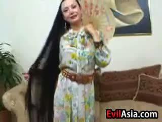 Äldre asiatiskapojke med lång hår
