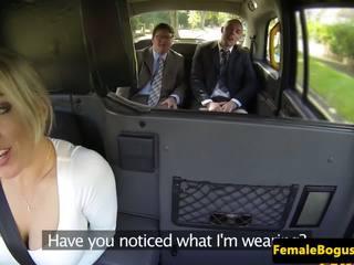 Bigtitted english cabbie spitroasted em taxi: grátis porno 34